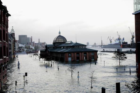 Hamburg - Germany「Hamburg Expects Storm Tide」:写真・画像(3)[壁紙.com]