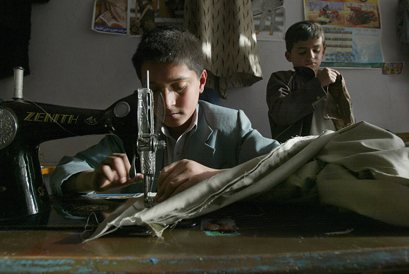服装「Afghan Children Forced To Work To Make Money For Their Families」:写真・画像(7)[壁紙.com]