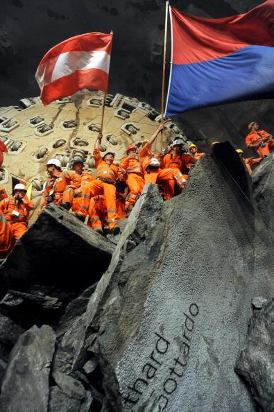 Trough「Breakthrough For Second Shaft Of Gotthard Tunnel」:写真・画像(2)[壁紙.com]