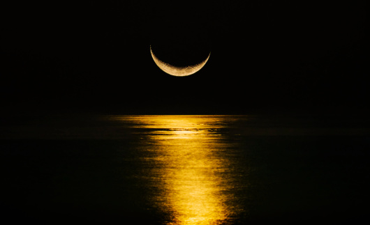 Moon「Crescent moon reflecting in sea」:スマホ壁紙(5)