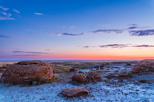 満ちていく月「Crescent moon in the twilight sky at Red Rock Coulee, Alberta, Canada.」:スマホ壁紙(9)