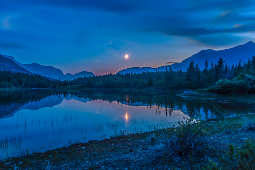 月「Crescent moon over Middle Lake in Bow Valley Provincial Park, Alberta, Canada.」:スマホ壁紙(12)