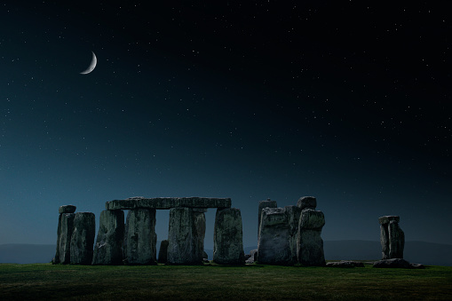 Moon「Crescent moon over Stonehenge monument, Wiltshire, United Kingdom」:スマホ壁紙(18)