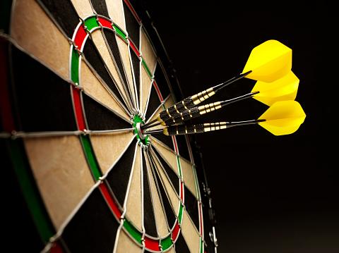 Sports Target「Bulls Eye in a Dartboard with Yellow Darts」:スマホ壁紙(3)