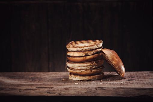 Toasted Food「Burgerbuns on wood」:スマホ壁紙(15)