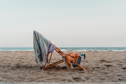 Deck Chair「Spain, Province of Barcelona, El Garraf, Beach towels hanging on deck chair left on sandy coastal beach at dusk」:スマホ壁紙(17)