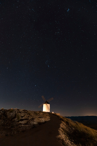 Starry sky「Spain, Province of Toledo, Consuegra, Starry sky over old windmill standing on top of hill at night」:スマホ壁紙(1)