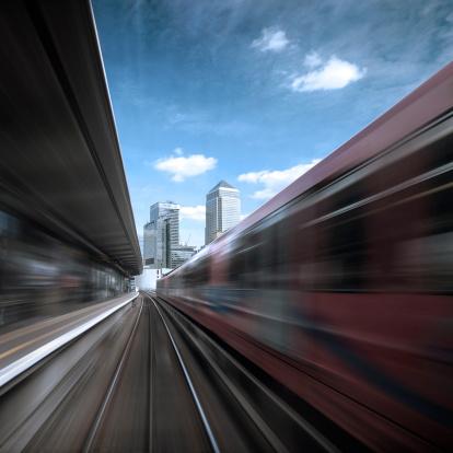 鉄道・列車「英国は、英国、ロンドン、カナリーワーフ、進行中の列車からの眺め」:スマホ壁紙(18)