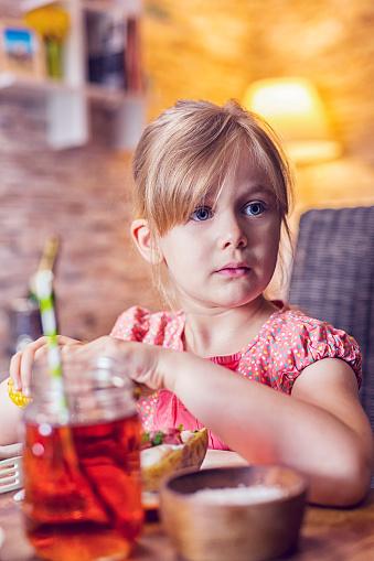 子供「食べるスパイシーな鶏手羽肉を焼きたてのじゃがいもとトウモロコシ」:スマホ壁紙(16)