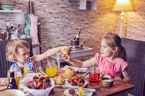 子供「食べるスパイシーな鶏手羽肉を焼きたてのじゃがいもとトウモロコシ」:スマホ壁紙(17)