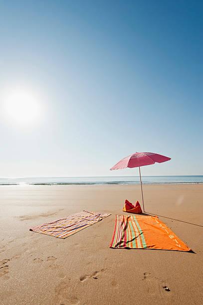 Portugal, Algarve, Sagres, Sunshade and blanket on beach:スマホ壁紙(壁紙.com)