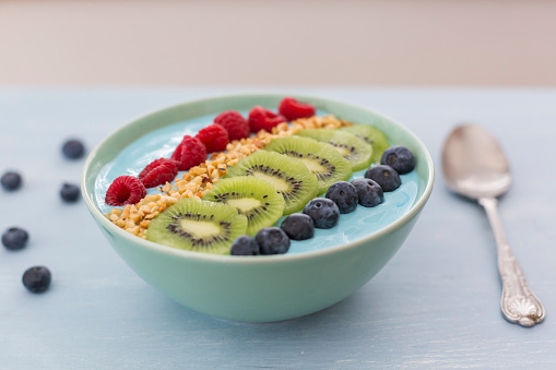 Kiwi「Smoothie bowl with blueberries, raspberries, kiwi and chopped hazelnuts」:スマホ壁紙(7)