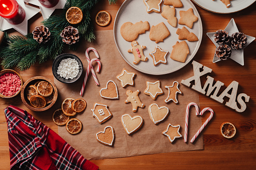 Candy Cane「Baking Christmas cookies at home」:スマホ壁紙(1)