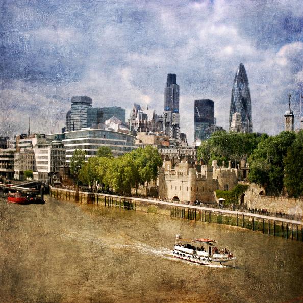 Riverbank「London City Skyline with Gherkin and Tower of London, London, UK」:写真・画像(17)[壁紙.com]
