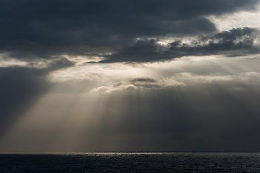 Cannon Beach「Sunlight breaks through the clouds over the ocean on the Oregon coast」:スマホ壁紙(14)