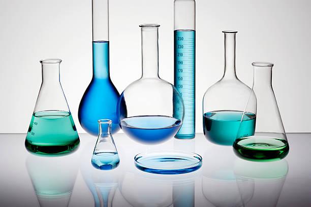 Laboratory glassware on glass table top:スマホ壁紙(壁紙.com)