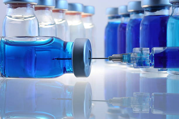 Laboratory bottles with blue content and a syringe:スマホ壁紙(壁紙.com)