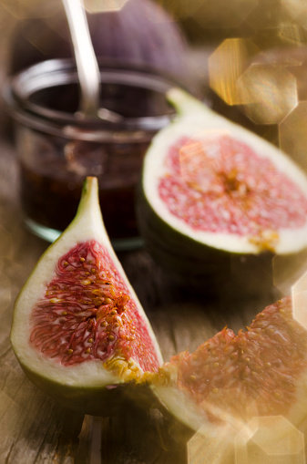 イチジク「Sliced fig and glass of fig jam om wooden table」:スマホ壁紙(8)