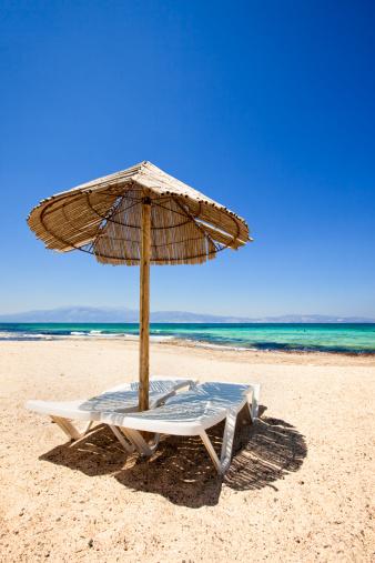 豪華 ビーチ「ビーチチェアとパラソルのビーチ」:スマホ壁紙(1)