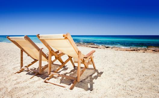 豪華 ビーチ「サンチェアを備えた砂浜のビーチ」:スマホ壁紙(0)
