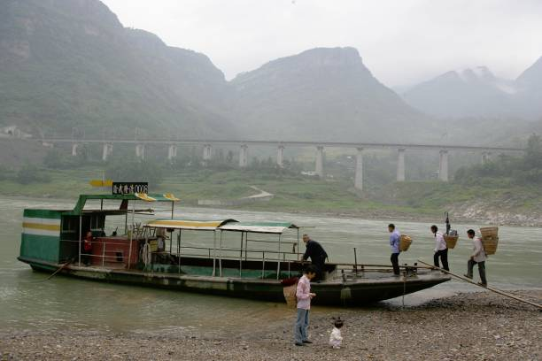 Building China's new railway between Chongqing and Huaihua. Viaduct with ferry. August 2005.:ニュース(壁紙.com)