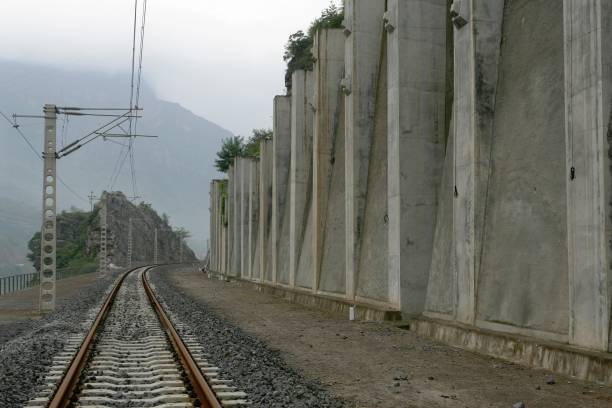 Building China's new railway between Chongqing and Huaihua. Bank reinforcements. August 2005.:ニュース(壁紙.com)