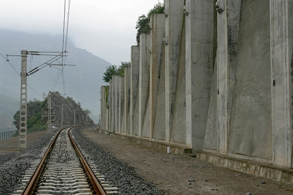 Finance and Economy「Building China's new railway between Chongqing and Huaihua. Bank reinforcements. August 2005.」:写真・画像(17)[壁紙.com]