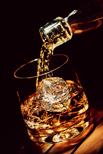 Vertical「Pouring a glass of whiskey on ice」:スマホ壁紙(9)
