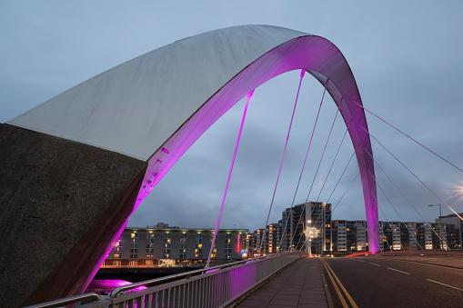 Glasgow - Scotland「UK, Scotland, Glasgow, illuminated Squinty Bridge」:スマホ壁紙(16)