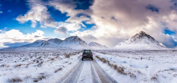 UK, Scotland, Glen Etive, Four wheel drive vehicle in winter:スマホ壁紙(壁紙.com)