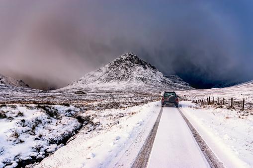 深い雪「UK, Scotland, Glencoe, Buachaille Etive Mor, Four wheel drive vehicle in winter」:スマホ壁紙(1)