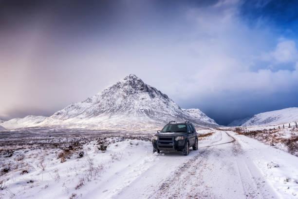 UK, Scotland, Glencoe, Buachaille Etive Mor, Four wheel drive vehicle in winter:スマホ壁紙(壁紙.com)