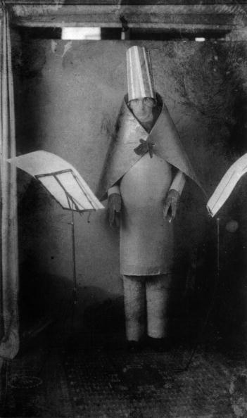 Cabaret「Hugo Ball (1886-1927) Dadaist writer and poet, here wearing a cubist suit made by himself and MarcelJanco for reciting of his poems at cabaret Voltaire, Zurich, june 23, 1916」:写真・画像(5)[壁紙.com]
