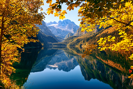 Dachstein Mountains「Autumn lake Gosausee in Salzkammergut, Austria」:スマホ壁紙(17)