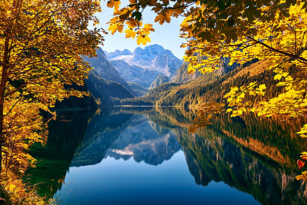 Autumn lake Gosausee in Salzkammergut, Austria:スマホ壁紙(壁紙.com)