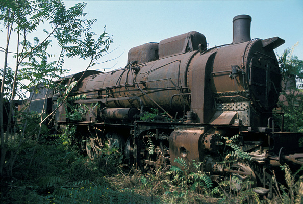 Abandoned「Deep amid the Graveyard at Thessaloniki in Greece an imposing Greek Railway 2-10-0 lies moribund. The design of these locomotives is descended from the Austrian 580 Class which came from the legendary drawing board of Karl Golsdorf mechanical engineer to」:写真・画像(15)[壁紙.com]