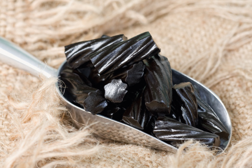 Licorice「Scoop of Black Liquorice Candy on Burlap」:スマホ壁紙(3)