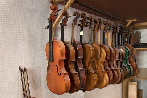 Restoring「Violins hanging in worshop」:スマホ壁紙(7)