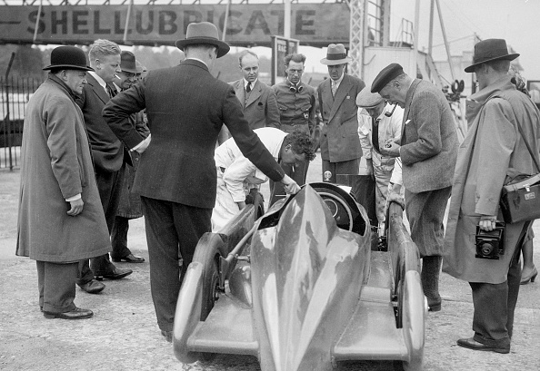 20th Century Style「People examining Leon Cushman's Austin 7 racer at Brooklands for a speed record attempt, 1931」:写真・画像(5)[壁紙.com]