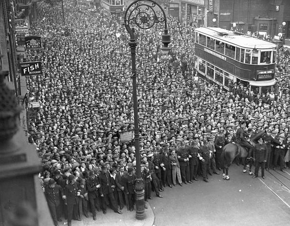Bus「Crowd Watches」:写真・画像(1)[壁紙.com]