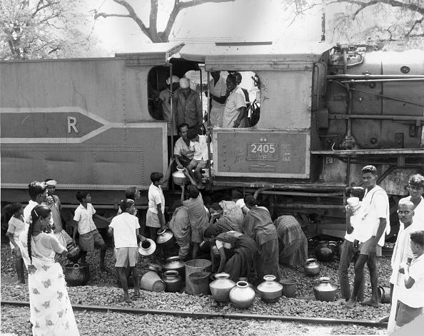 Vase「Relief Train」:写真・画像(3)[壁紙.com]