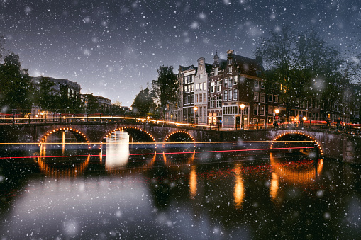Amsterdam「Snow in Amsterdam canals at night in winter」:スマホ壁紙(11)
