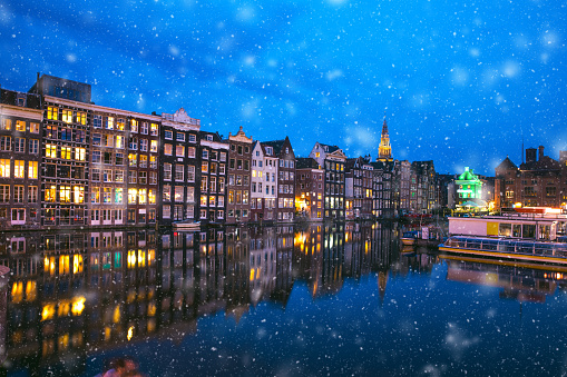 Amsterdam「Snow in Amsterdam canals at night in winter」:スマホ壁紙(2)
