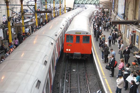 Crowd「Underground trains arriving at Farringdon Station」:写真・画像(19)[壁紙.com]
