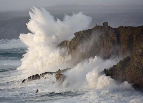 胸を打つ「Massive waves breaking on headland, Cornwall, England」:スマホ壁紙(6)