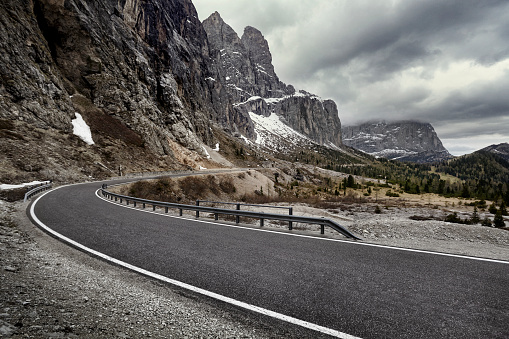 Overcast「Curved road in dramatic mountain range, Dolomites, Italy」:スマホ壁紙(1)