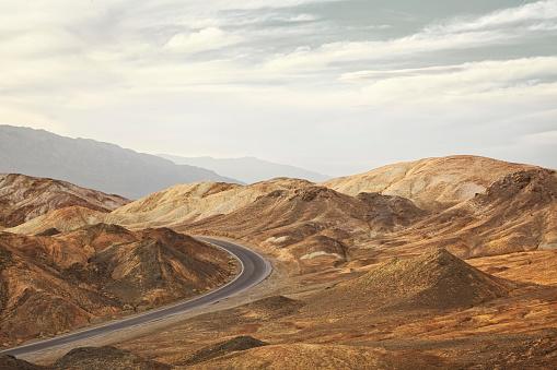 Desert「curved road in rocky landscape」:スマホ壁紙(14)