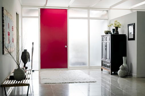 20th Century Style「Red door in foyer」:スマホ壁紙(10)