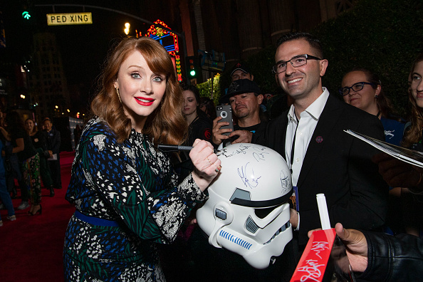 "The Mandalorian - TV Show「Premiere Of Disney+'s ""The Mandalorian"" - Red Carpet」:写真・画像(2)[壁紙.com]"