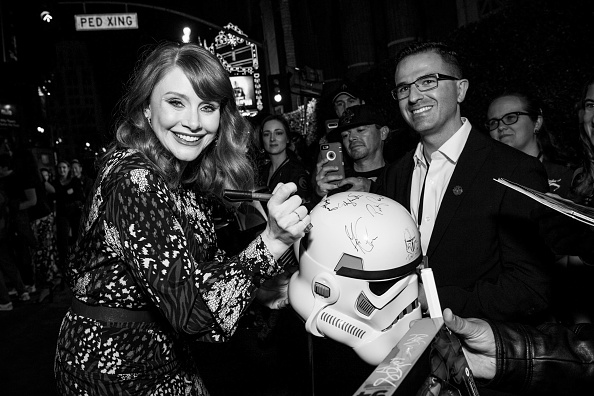 "The Mandalorian - TV Show「Premiere Of Disney+'s ""The Mandalorian"" - Red Carpet」:写真・画像(10)[壁紙.com]"